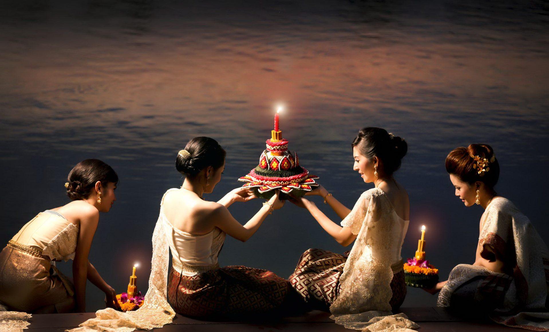 loi-khratong-women-offering-e1539666706996